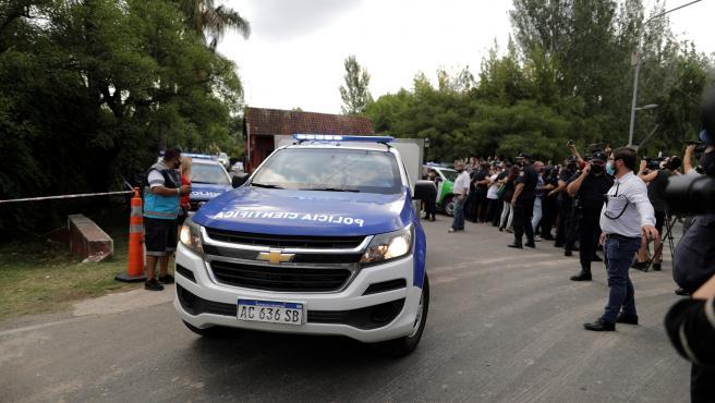 La policía científica sale de la casa de Maradona.