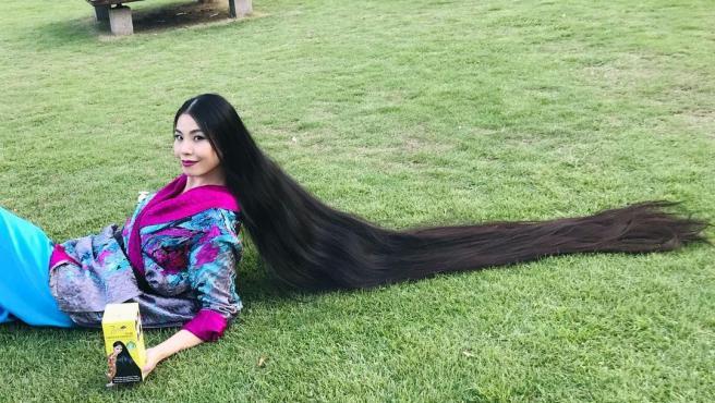 Rin, la joven Rapunzel que no se ha cortado el pelo durante 15 años.