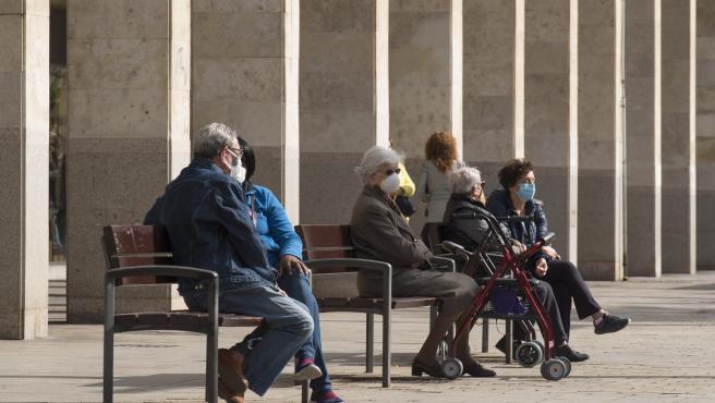 Varios ancianos sentados en un banco de la Gran Vía durante el segundo día de confinamiento perimetral por la crisis del Covid-19, en Logroño, La Rioja, (España), a 24 de octubre de 2020.