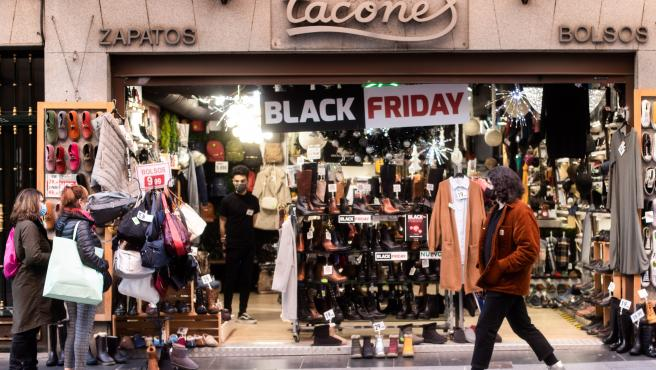 Cartel de descuentos por el 'Black Friday' en un comercio de Madrid