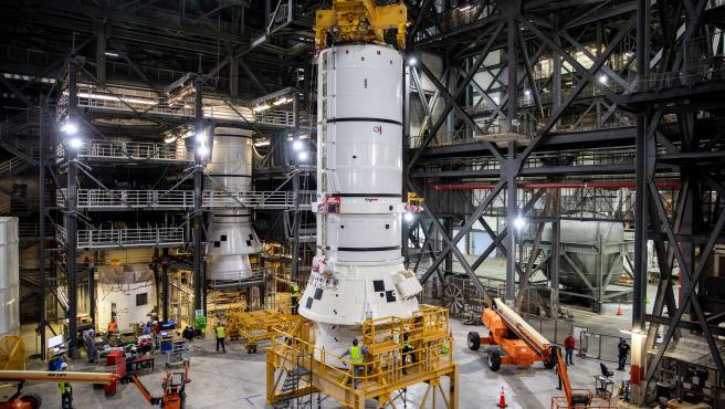 Los propulsores de cohetes sólidos son los primeros componentes del cohete SLS y ayudarán a soportar las piezas restantes del cohete y la nave espacial Orion.