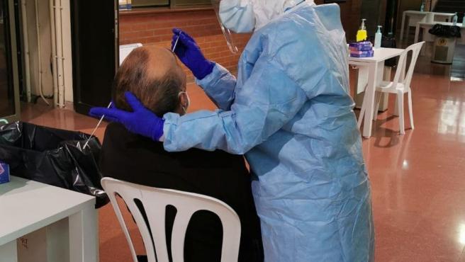 El alcalde de Lleida haciéndose una prueba PCR el miércoles que resultó ser positiva.
