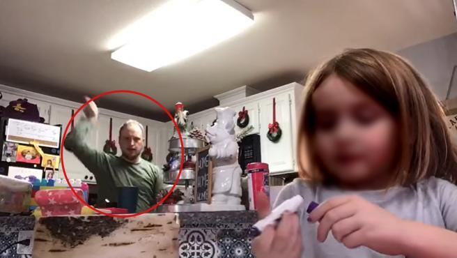 Un padre, bailando en el vídeo escolar de su hija, que enviaron a la profesora de la pequeña.