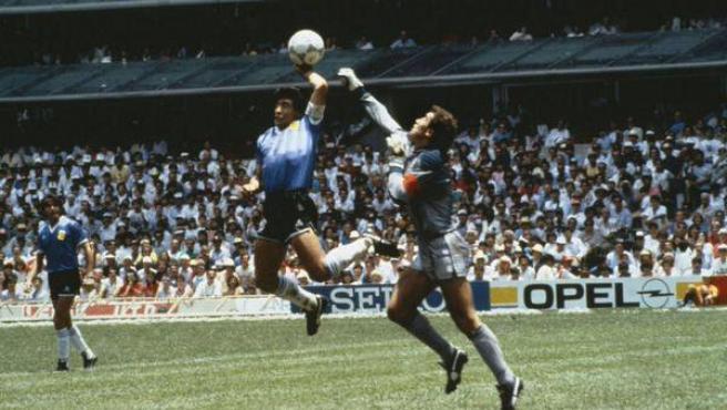 Peter Shilton y Maradona en la jugada del gol del argentino a Inglaterra en México '86.