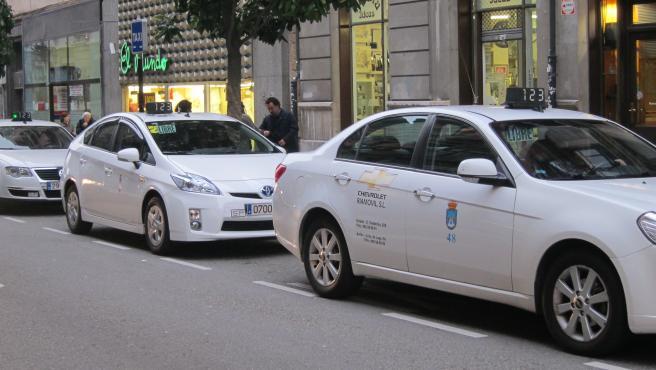Taxis Aparcados En La Calle Fruela
