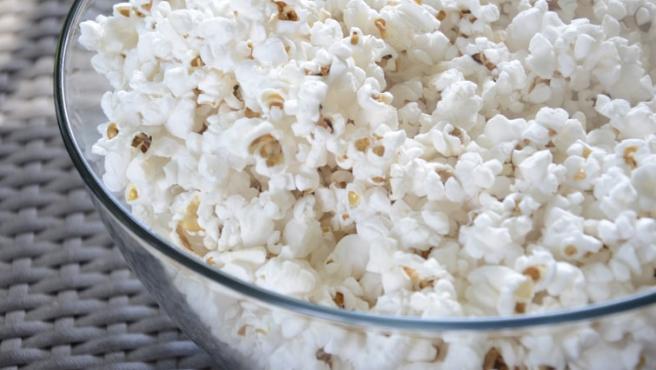 Acompaña tu sesión de cine en casa con un buen bol de palomitas.