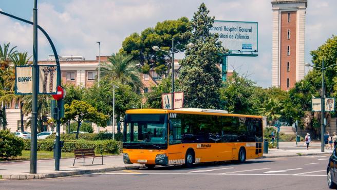 Un convoy de MetroBus, a su paso por la ciudad de València.