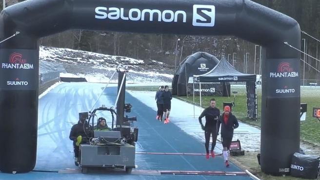 Kilian Jornet, con gorro rojo, cruza la meta en una de sus vueltas
