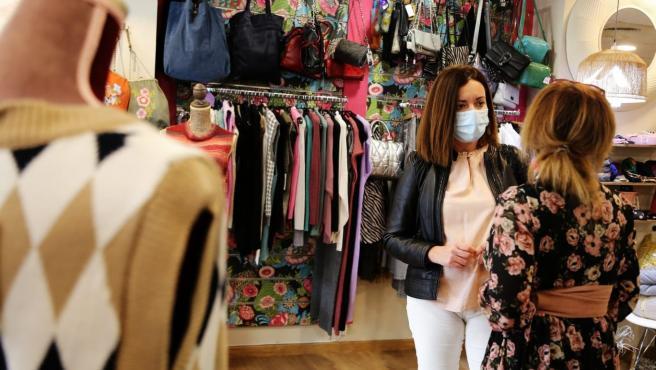 La delegada de Desarrollo y Comercio, María de los Ángeles Ballesteros, ha realizado una visita por distintas zonas comerciales del municipio .