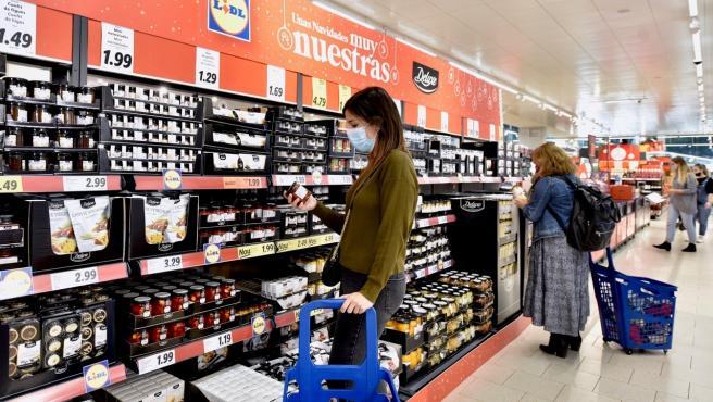 Gente comprando en el supermercado Lidl la gama Deluxe de Navidad.