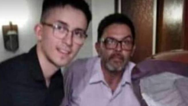 Dos de las personas que se fotografiaron con el cadáver de Maradona