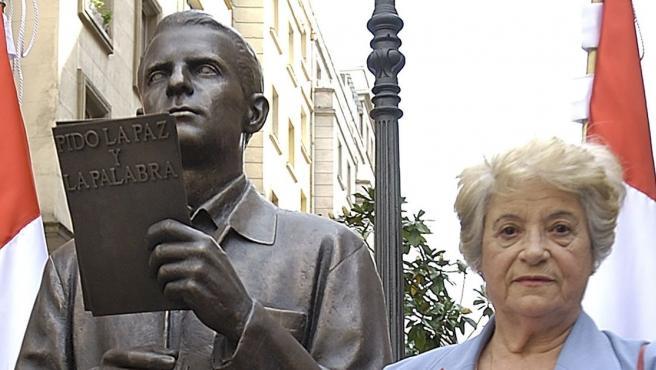Sabina de la Cruz junto al busto de Blas de Otero.