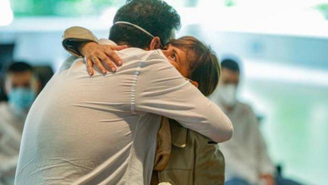 Imagen de archivo de un abrazo durante la pandemia.