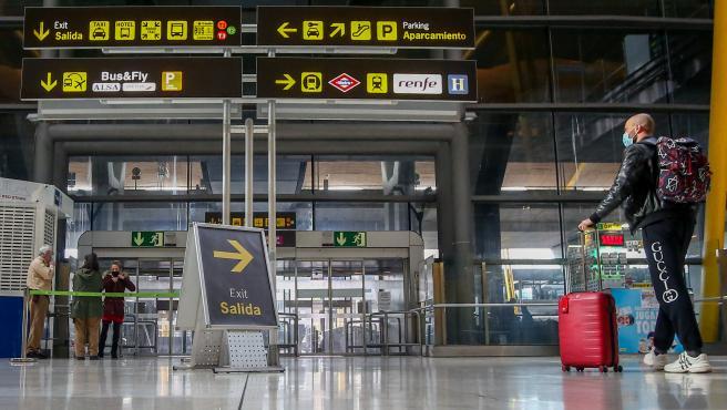 Una persona en la T4 del aeropuerto Adolfo Suárez Madrid-Barajas.