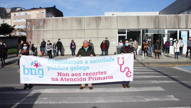 La diputada del BNG Olalla Rodil participa, junto a miembros de la formación, en una concentración frente al centro de salud de Vilalba (Lugo)