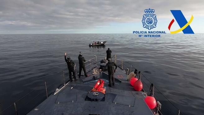 La embarcación fue avistada por el helicóptero de la Policía Nacional cuando navegaba a unas 80 millas de la costa de Cartagena, siendo finalmente abordada por una patrullera de Vigilancia Aduanera