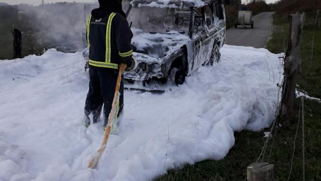 Los bomberos sofocan el fuego que calcinó a un todoterreno en Tineo.