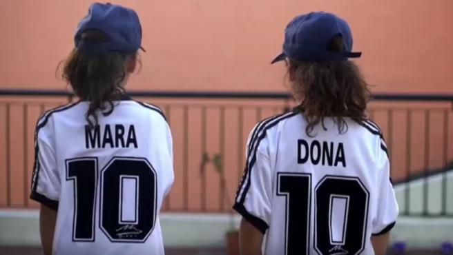 Mara y Dona homenajean al jugador.