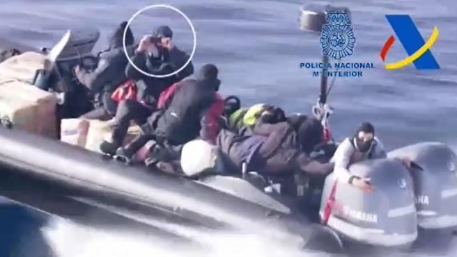 Uno de los tripulantes de la narcolancha graba a la Policía Nacional durante la persecución.