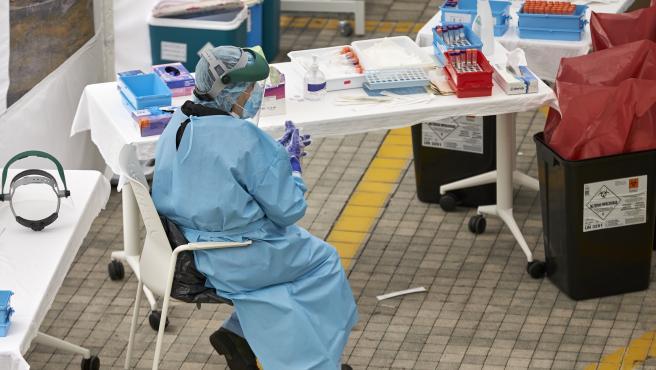 Vecinos de Eibar, Guipúzcoa, están llamados a hacerse una prueba PCR en el hospital del municipio. El departamento de salud del gobierno vasco empezó ayer a hacer un cribado masivo. Los vecinos hacen cola para someterse a una prueba PCR.