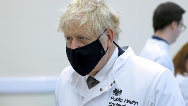 El primer ministro británico, Boris Johnson, visita los laboratorios de Salud Pública de Inglaterra en Porton Down.