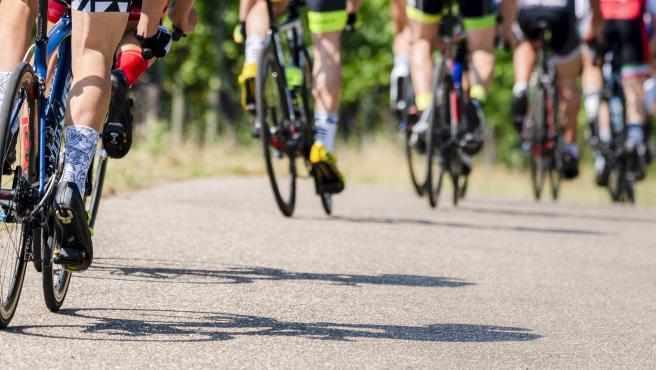 Foto recurso de ciclistas en carretera.