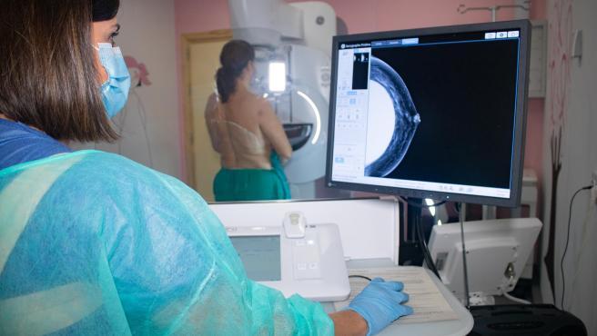 Una mujer durante una mamografía en una imagen de archivo.