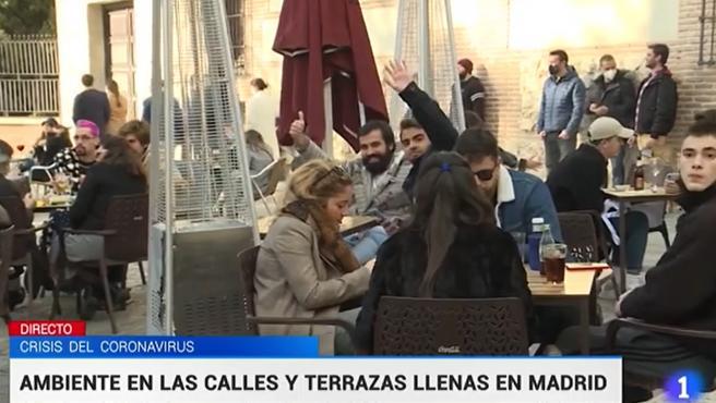 Imagen de una terraza del centro de Madrid, llena de gente sin la mascarilla puesta.