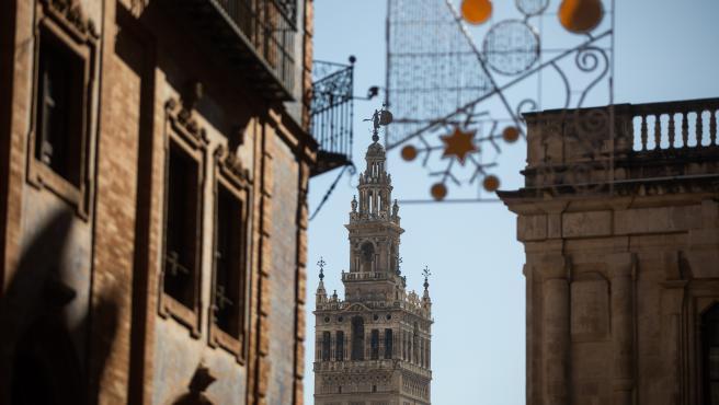 Adornos navideños en Sevilla, con la Giralda de fondo.