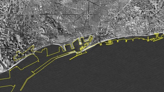En blanco y negro, el litoral barcelonés de 1956. En amarillo, las playas que fueron creadas en el 1992.