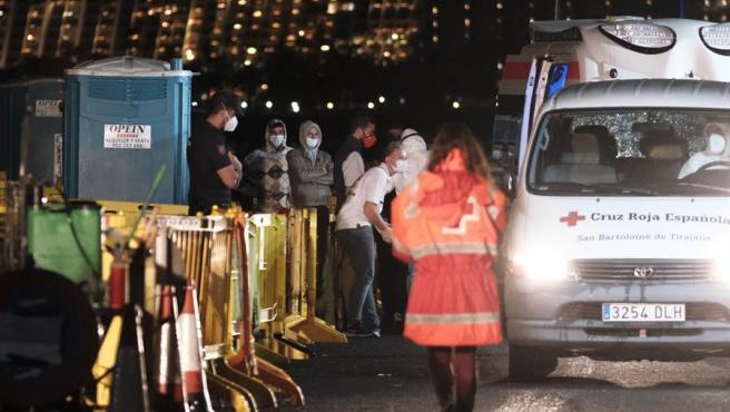 Los últimos 27 inmigrantes que quedaban en el campamento del muelle de Arguineguín (Gran Canaria) son trasladados en ambulancias a instalaciones de acogida humanitaria.