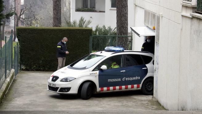 Un coche de los Mossos d'Esquadra se lleva a la detenida relacionada con la muerte de la enfermera de Girona, este lunes 30 de noviembre de 2020.