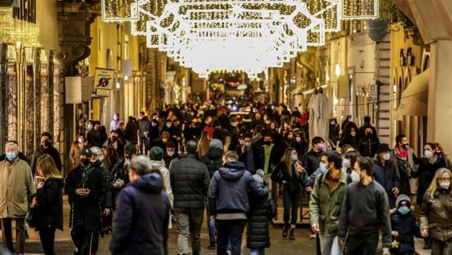 Decenas de personas realizan compras navideñas en Roma, Italia.