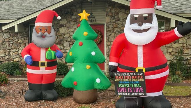 Dos Papás Noel negros en la casa del vecino que recibió un mensaje racista.
