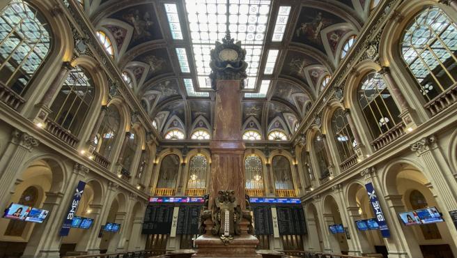 Columna central en el interior del Palacio de la Bolsa de Madrid (España).