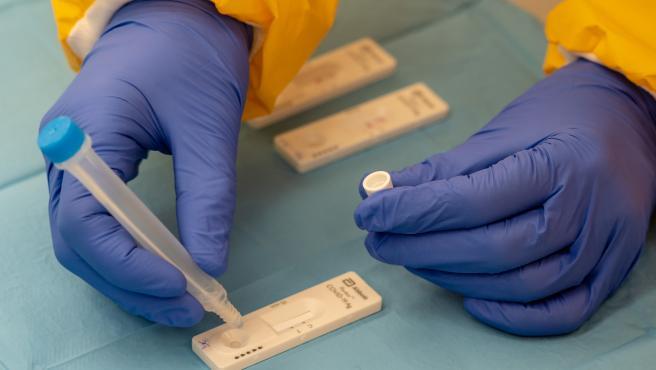 Foto de archivo de las pruebas de cribado de covid-19 con test de antígenos
