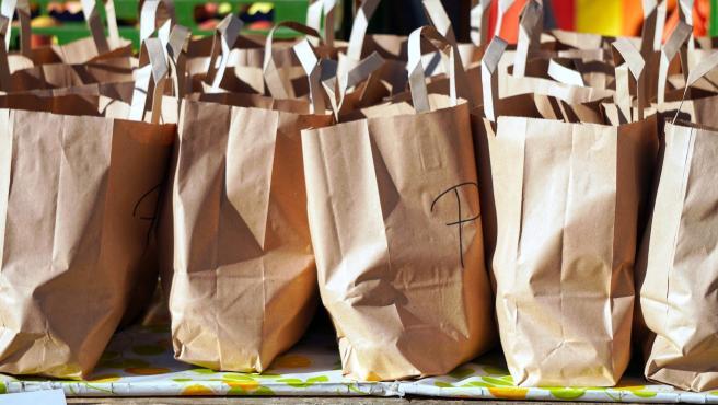 Con el objetivo de reducir la utilización de bolsas de plástico, que son muy contaminantes, es muy recomendable usar bolsas reutilizables y así se reducirá el impacto sobre la atmósfera.