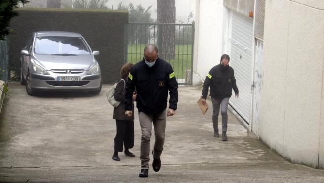 Investigadores de los Mossos d'Esquadra en uno dels registros por el crimen de la mujer encontrada en un piso de Girona, este lunes 30 de noviembre de 2020.