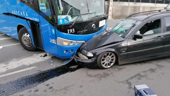 Accidente entre un turismo y un autobús en el lugar de Bribes, en Cambre (A Coruña)