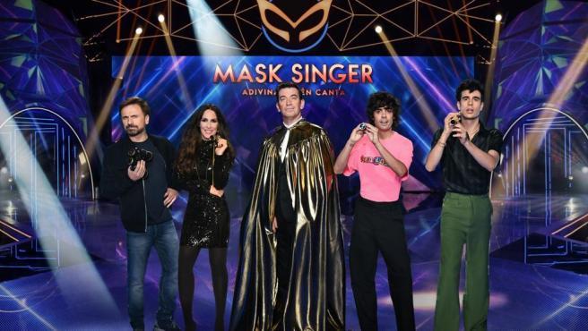 Arturo Valls, junto a los investigadores de 'Mask Singer'