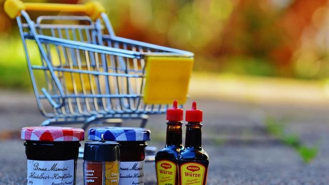 Redactar la lista de la compra ayuda a evitar tentaciones en el supermercado.