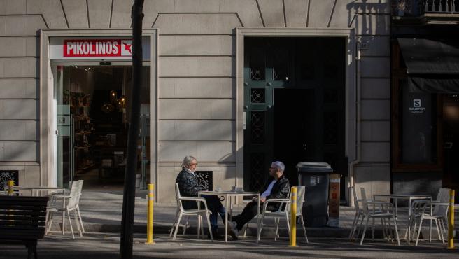 Dos hombres en una terraza durante el primer día del inicio del primer tramo de la desescalada de la segunda ola por el coronavirus en Barcelona, Catalunya (España), a 23 de noviembre de 2020. Desde hoy, bares y restaurantes podrán abrir