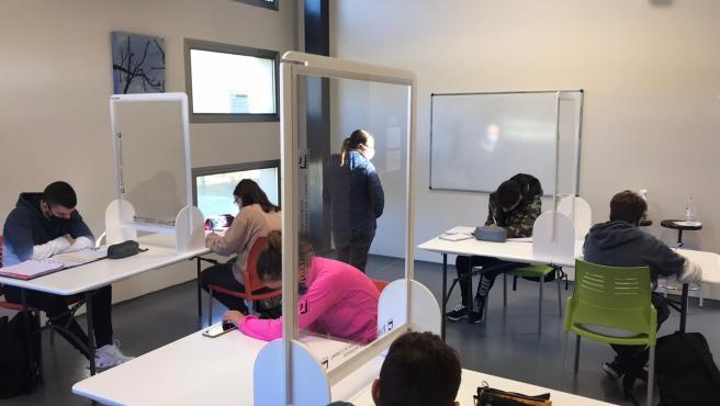 El Ayuntamiento de Paterna (Valencia), a través de la Casa de la Juventud, ha puesto en marcha un Aula de Refuerzo para que los alumnos y alumnas de la ESO que lo necesiten puedan recibir apoyo académico personalizado.