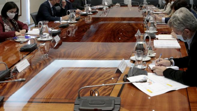 El presidente del Gobierno, Pedro Sánchez (2i), acompañado del director de la ministra de Política Territorial y Función Pública, Carolina Darias (1i); del director Centro de Coordinación de Alertas y Emergencias Sanitarias, Fernando
