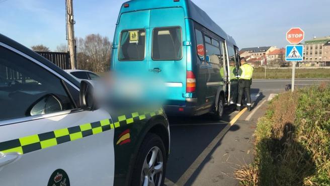 Imagen del autobús de transporte escolar interceptado en Ordes (A Coruña)