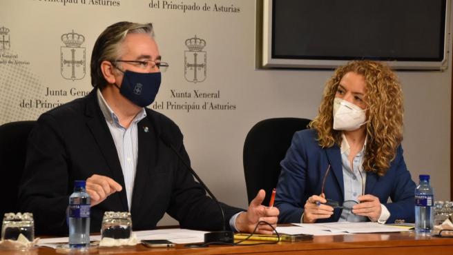 Pablo González y Teresa mallada en rueda de prensa.