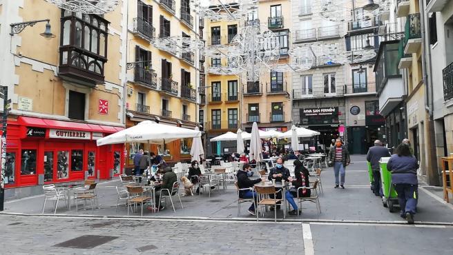 Gente sentada en una terraza de la Plaza Consistorial de Pamplona el día que reabren las terrazas del hotel.  En Pamplona, 26 de noviembre de 2020