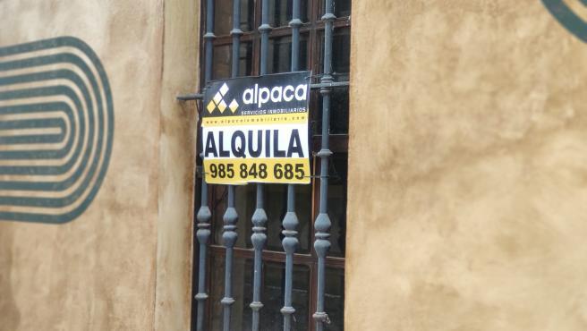 Recurso de cartel de 'Se alquila' en una vivienda en alquiler en Asturias.