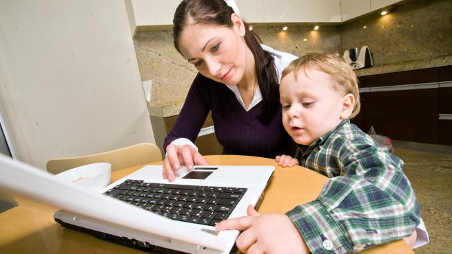 Mujer madre de familia trabajando desde casa
