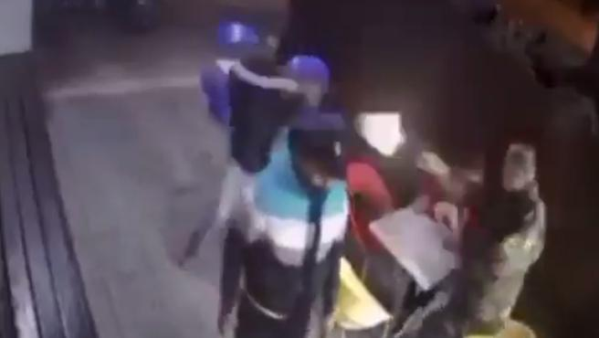 La grabación de una cámara de seguridad muestra cómo un policía de paisano, que come un helado con su hijo en la terraza de una heladería de Montevideo (Uruguay), saca su arma reglamentaria y dispara a dos delincuentes que querían atracar el establecimiento.